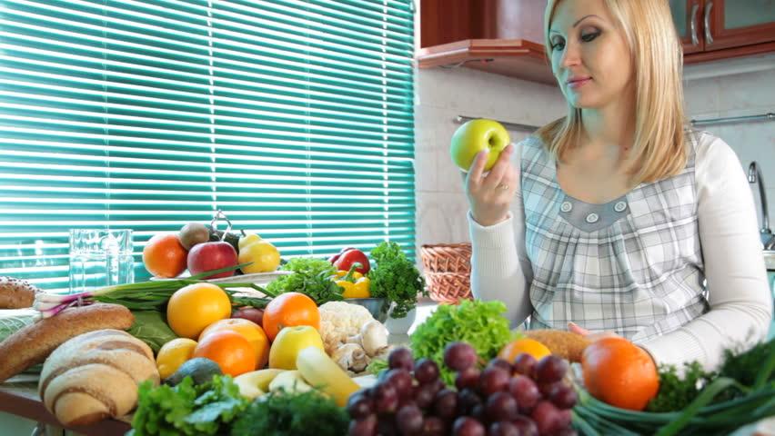 یک سوال رایج زنان اینست که در ماه دوم بارداری چی بخوریم