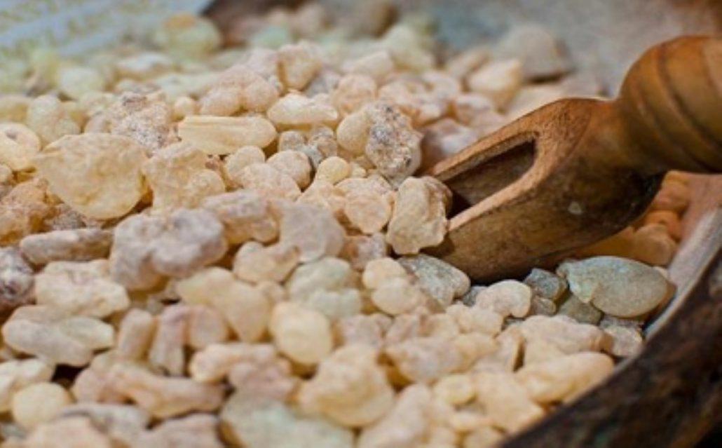 کندر خوراکی تاثیر زیادی در بهبود تعادل هورمونها دارد.