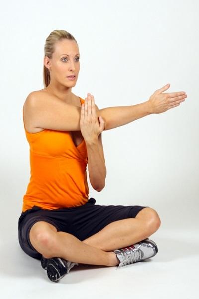 ۳ تمرین کششی ساده برای کاهش درد شانه