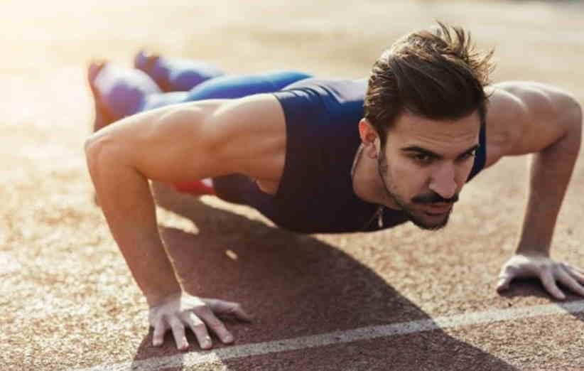یک روش برای بالا کشیدن سینه مردان با ورزش انجام کشش رو به جلو است