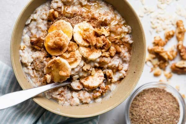 اوتمیل غذایی است که اغلب برای وعده صبحانه مصرف میشود.