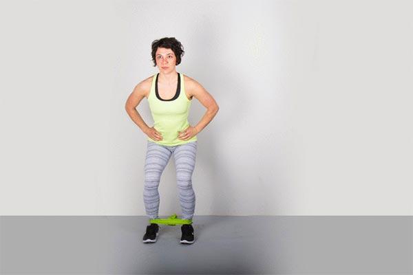 تمرین با کش ورزشی در خانه برای تقویت عضلات پا