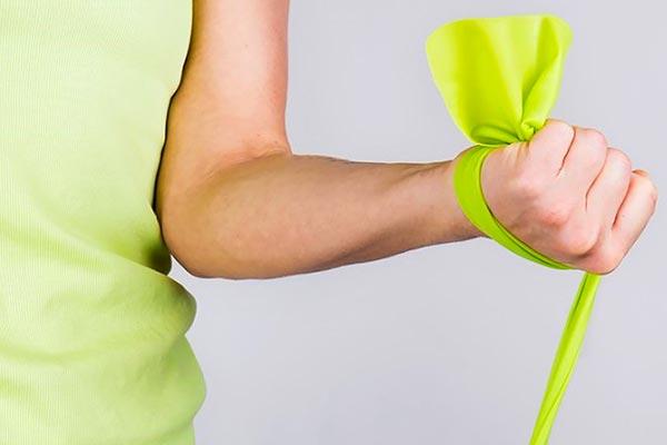 تمرین جلو بازو با کش در خانه