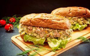 ساندویچ تن ماهی با نان باگت (۲ روش متفاوت)